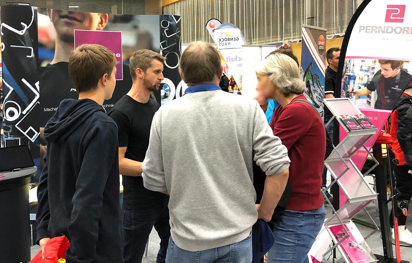 Perndorfer bei Lehrlingsmesse in Gespräch mit Jugendlichen